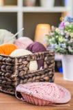 Boules des fils à tricoter dans le panier Photos libres de droits