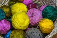 Boules des fils et des boules de chiffon, plusieurs couleurs photographie stock libre de droits