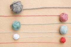 Boules du fil de diverses couleurs avec les brins de remorquage Images libres de droits