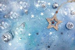 Boules en bois décoratives de Noël d'étoile et en verre sur le backgro bleu Image libre de droits
