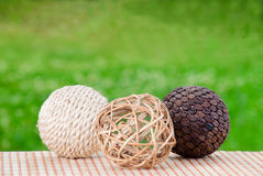 Boules en bois en osier décoratives Image libre de droits