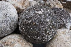 Boules en pierre sur un piédestal en pierre Les noyaux sont faits pour jeter une catapulte de combat photo stock