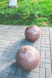 Boules en pierre sur une rue de ville Conception de place de ville Crochets en métal sur les boules photo libre de droits