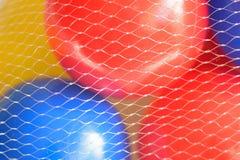 Boules en plastique colorées de macro fond Photographie stock