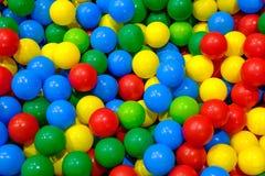 Boules en plastique dans la salle de jeux Photos libres de droits