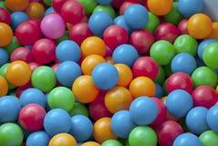 Boules en plastique de plan rapproché sur le terrain de jeu Photo stock