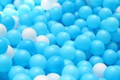 Boules en plastique lumineuses et colorées de jouet, puits de boule, fin  Photos stock