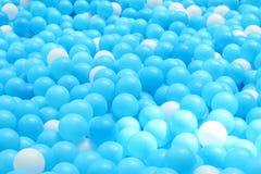 Boules en plastique lumineuses et colorées de jouet, puits de boule, fin  Photographie stock libre de droits