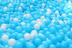 Boules en plastique lumineuses et colorées de jouet, puits de boule, fin  Photos libres de droits