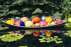 Boules en verre dans le canoë images stock