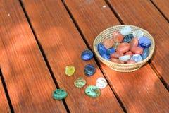 Boules en verre dans le seau sur le plancher en bois Photo libre de droits