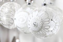 Boules en verre de Noël décorées de la fleur à crochet Image libre de droits