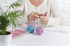 Boules et écheveaux de fil coloré pour le tricotage Une femme allant tricoter Photos libres de droits