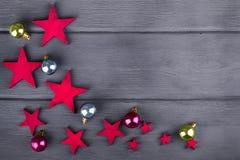 Boules et étoiles de Noël sur le fond en bois foncé Images stock