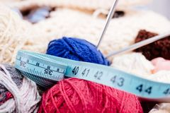 Boules et aiguilles colorées de laine dans le panier en bois Photographie stock