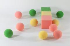 boules et cubes d'éponge Photo stock