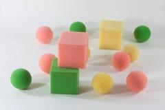 boules et cubes d'éponge Photos stock