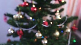 Boules et jouets brillants rouges d'or sur les branches de l'arbre de Noël Guirlande de Noël avec des lumières sur l'arbre de Noë clips vidéos