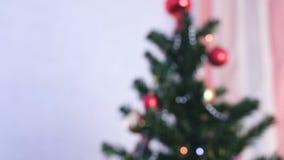 Boules et jouets brillants rouges d'or sur les branches de l'arbre de Noël Guirlande de Noël avec des lumières sur l'arbre de Noë banque de vidéos