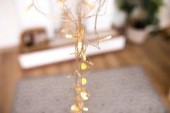 Boules et lumières rougeoyantes autour des branches en bois beau fond du ` s de nouvelle année Images libres de droits