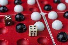 Boules et os sur les puits, le simbol du jeu Photographie stock libre de droits