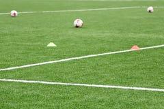 Boules et puces pour la formation du football Folâtre le fond Photographie stock