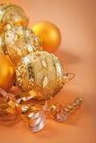 Boules et ruban de Noël sur le fond brun clair Photo stock