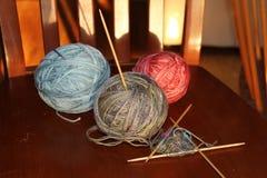 Boules et tricotage de fil Photographie stock
