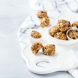 Boules faites main d'énergie de protéine, casse-croûte sain de superfood photographie stock libre de droits