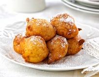 Boules frites de la pâte Nouvelles années typiques de festin d'Ève dans le Netherland Photos stock