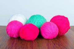 Boules lumineuses de fil acrylique sur une table en bois couture Knit et crochet Tendances de mode Photos libres de droits