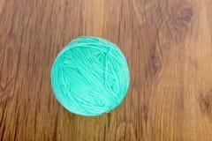 Boules lumineuses de fil acrylique sur une table en bois couture Knit et crochet Tendances de mode Photographie stock