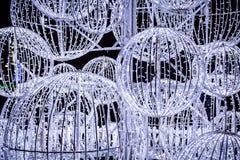Boules lumineuses extérieures énormes de Noël blanc image stock