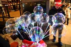 Boules magiques de /Souvenir d'ornements de Noël dans Midtown Manhattan image libre de droits