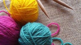 Boules multicolores de fil pour le tricotage et le crochet Photographie stock libre de droits