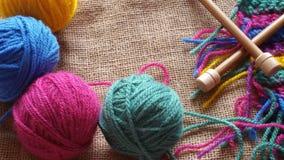 Boules multicolores de fil pour le tricotage et le crochet Photos libres de droits