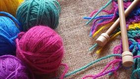 Boules multicolores de fil pour le tricotage et le crochet Images stock