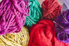 Boules multicolores de laine dans la perspective aérienne image stock