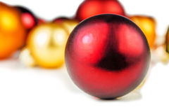 Boules multicolores de Noël sur le fond blanc Photos stock