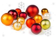 Boules multicolores de Noël sur le fond blanc Image stock
