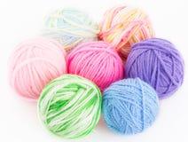 Boules multicolores des fils pour le tricotage Photos stock