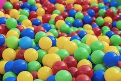 Boules multicolores en plastique colorées, fond lumineux pour des thèmes du ` s d'enfants et événements photographie stock libre de droits