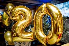 Boules numéro 20 de vacances bijoux lumineux d'or pour l'anniversaire Photographie stock