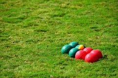 Boules op gras wordt geplaatst dat stock afbeelding