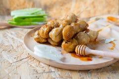 Boules ou boulettes de viande rôties de porc avec de la sauce épicée douce, selectiv image stock