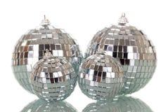 Boules reflétées lumineuses de Noël d'isolement sur le blanc Photos stock
