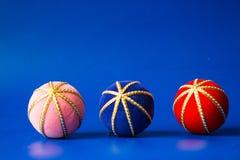 Boules roses de décoration de Noël et bleues rouges sur le Ba bleu Images libres de droits