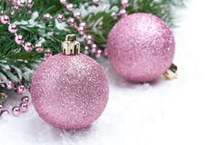 Boules roses de Noël et branches impeccables, foyer sélectif Images stock