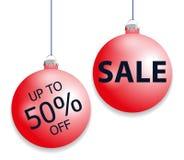 Boules rouges accrochantes réglées de Noël et remise de vente Éléments décoratifs de babioles d'isolement sur le fond blanc pour  Photographie stock