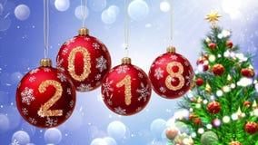 Boules rouges avec les numéros 2018 accrochant sur le fond d'un bokeh bleu et d'un arbre de Noël tournant Images libres de droits